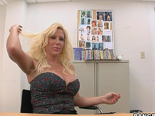 Sexy blonde milf Dawson Daley with bubble butt is having sex